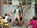 Kinder helfen dem Piraten.